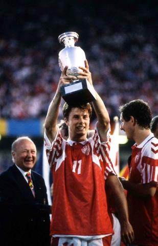 Quá khứ đã chỉ ra rằng cứ lại sau 12 năm, EURO sẽ chứng kiến một sự kiện chấn động như Đan Mạch năm 1992 hay Hy Lạp 2004 (ảnh trên)