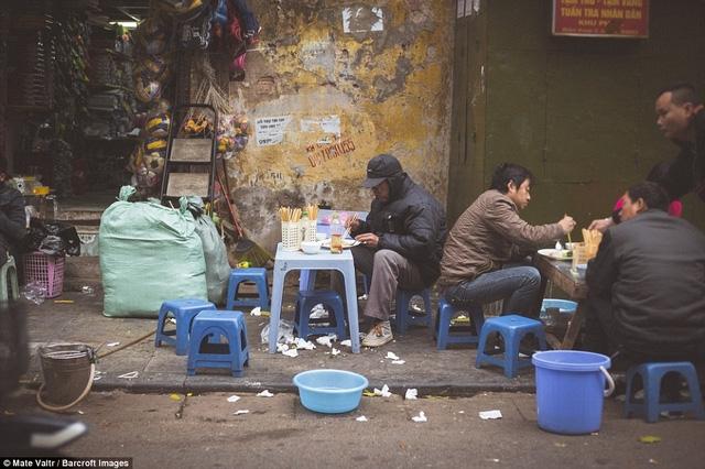 """""""Mọi người đều ngồi ăn trên ghế nhựa nhỏ, cho dù là người lao động hay nữ doanh nhân ăn vận lịch sự. Tất cả đều bình đẳng khi ngồi xuống và thưởng thức món phở""""."""