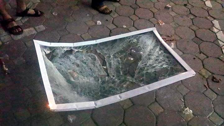 Khung cửa kính vỡ tung. May mắn không có ai bị thương. (Ảnh người dân cung cấp.)