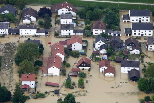 Thị trấn Simbach am Inn, bang Bavaria – Đức chìm trong nước lũ hôm 2-6 Ảnh: Reuters