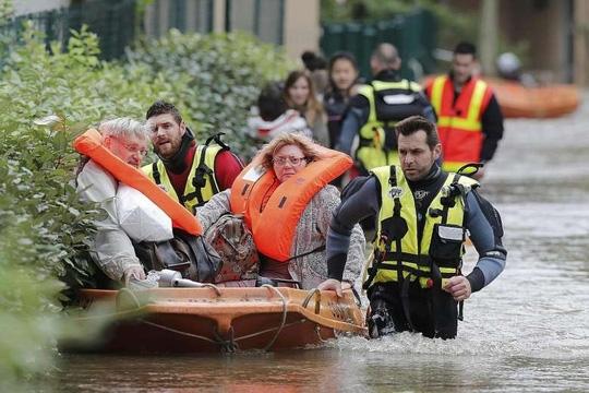 Sơ tán người dân ở Longjumeau, ngoại ô Paris - Pháp. Ảnh: REUTERS
