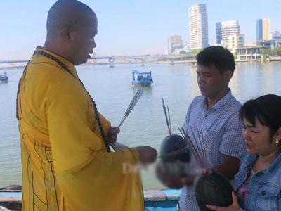 Lập đàn cầu siêu giữa sông Hàn mong tìm 3 nạn nhân còn mất tích