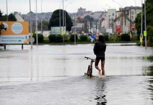 Ảnh: Thuyền bơi, vịt lội trên phố Paris - 2