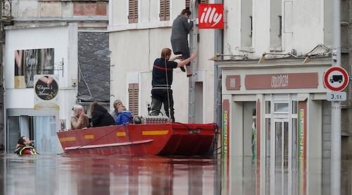 Ảnh: Thuyền bơi, vịt lội trên phố Paris - 3