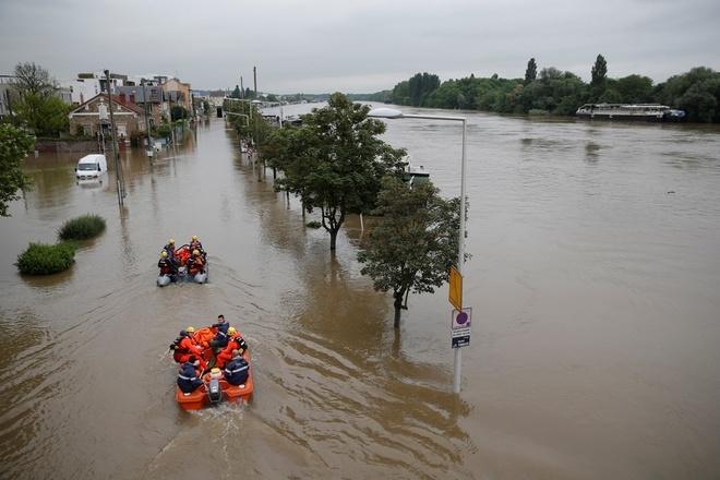 Ảnh: Thuyền bơi, vịt lội trên phố Paris - 4