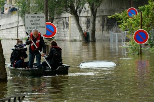 Ảnh: Thuyền bơi, vịt lội trên phố Paris - 6