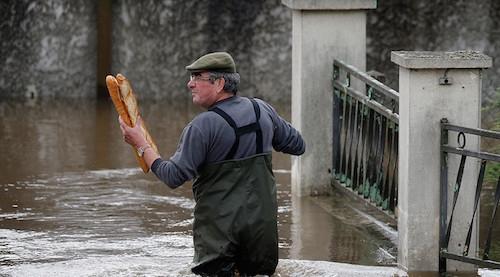 Ảnh: Thuyền bơi, vịt lội trên phố Paris - 7