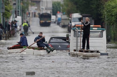 Ảnh: Thuyền bơi, vịt lội trên phố Paris - 12