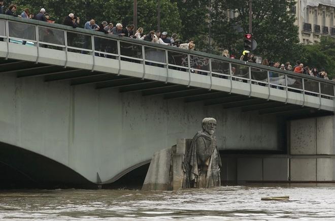 Ảnh: Thuyền bơi, vịt lội trên phố Paris - 15