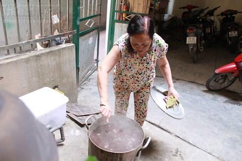 Bà chủ nhà trọ tốt bụng nhất Hà Nội: Nấu cho sinh viên ăn, thương như con - ảnh 2