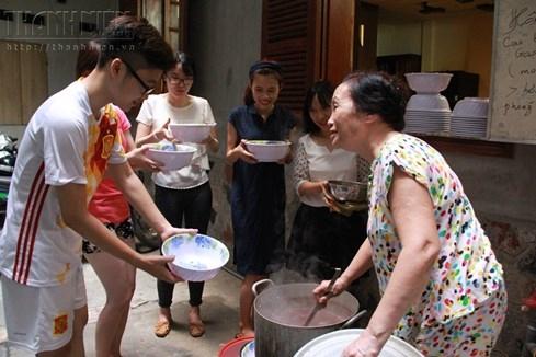Bà chủ nhà trọ tốt bụng nhất Hà Nội: Nấu cho sinh viên ăn, thương như con - ảnh 3