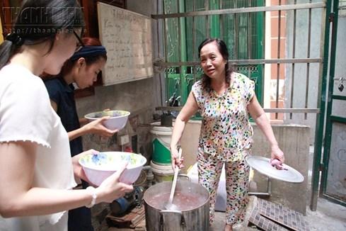 Bà chủ nhà trọ tốt bụng nhất Hà Nội: Nấu cho sinh viên ăn, thương như con - ảnh 5