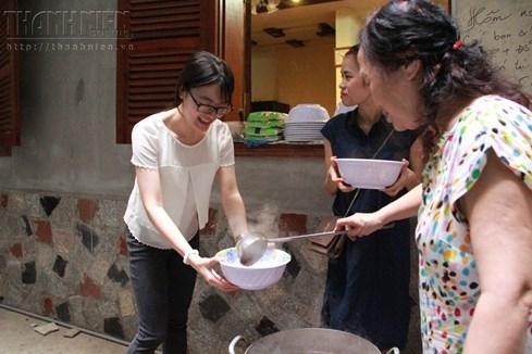 Bà chủ nhà trọ tốt bụng nhất Hà Nội: Nấu cho sinh viên ăn, thương như con - ảnh 6