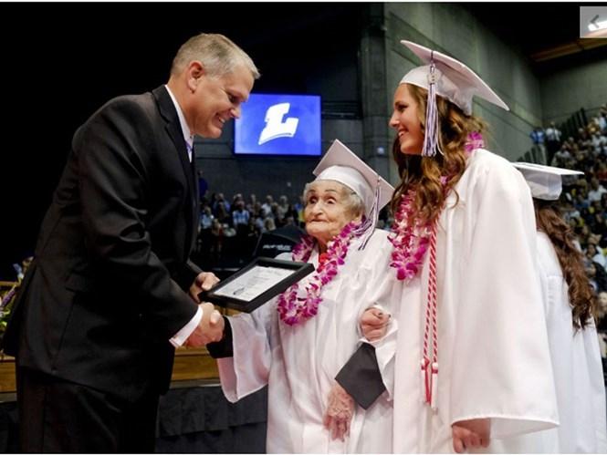 Cụ bà Tasom và chắt của mình Shae Spencer cùng lên nhận bằng trung học  /// Ảnh chụp màn hình tờ Herald Daily