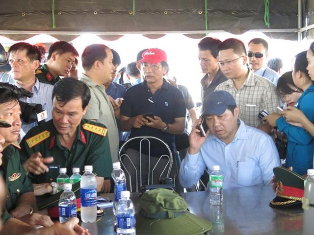 Chủ tịch thành phố Huỳnh Đức Thơ cùng Ban Chỉ huy đội tìm kiếm tại trại chỉ huy dã chiến.10h15, nắng chói chang, người dân vẫn đứng kín hai bên bờ sông Hàn theo dõi, chờ đợi tin tức từ việc tìm kiếm các nạn nhân.