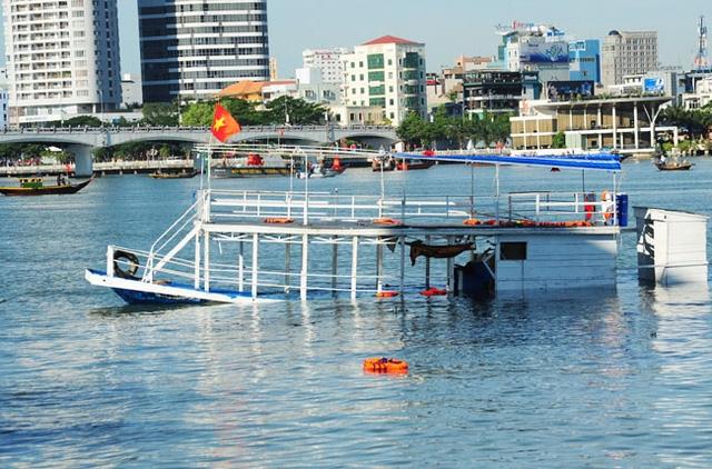 Tàu Thảo Vân 2 bị chìm đang được neo giữ trên sông Hàn.