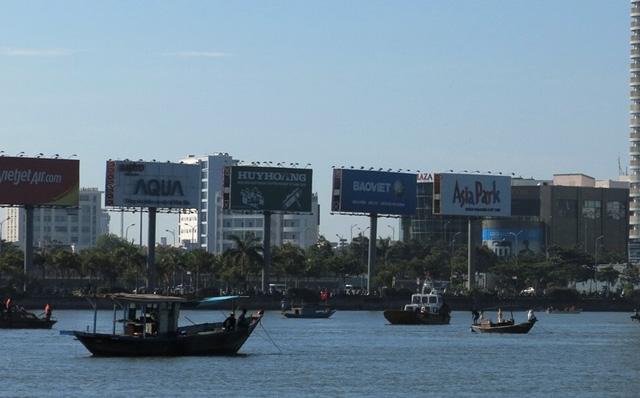Rất nhiều tàu quần thảo trên đoạn sông tàu Thảo Vân 2 lật trên sông Hàn.