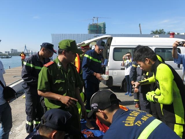Đội thợ lặn chuyên nghiệp được huy động để tìm kiếm các nạn nhân mất tích.