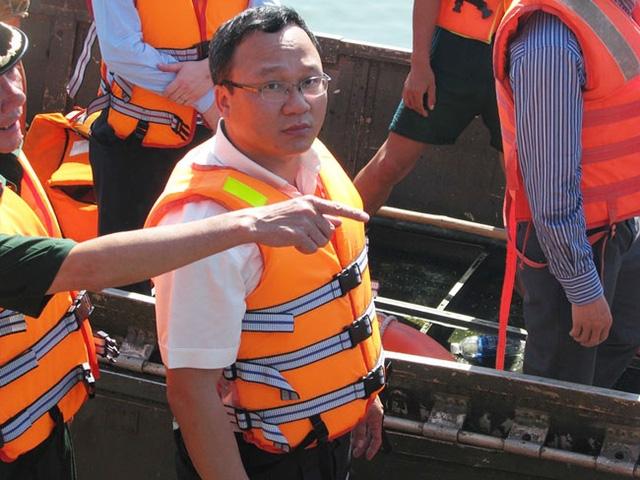 Phó Chủ tịch chuyên trách UB An toàn giao thông quốc gia Khuất Việt Hùng tại hiện trường tìm kiếm cứu nạn.