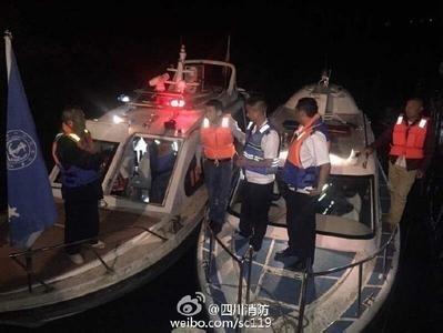 Đội cứu hộ làm nhiệm vụ tại hiện trường vụ chìm tàu. Ảnh: Weibo Đội cứu hỏa Tứ Xuyên