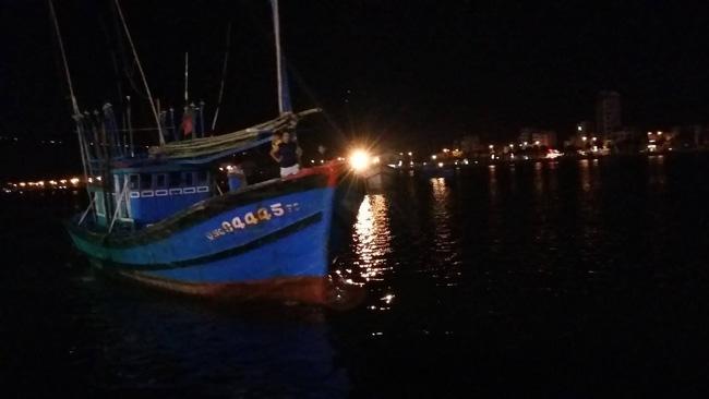 Chùm ảnh hiện trường khi chiếc tàu du lịch bắt đầu chìm trên sông Hàn - Ảnh 4.