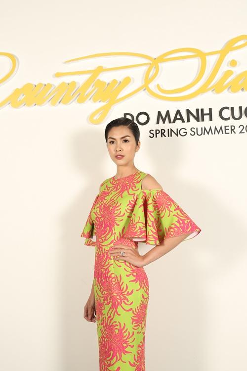 Diễn viên Tăng Thanh Hà hiếm hoi tham dự các sự kiện của showbiz Việt. Nữ diễn viên là nàng thơ, khách hàng thân thiết của Đỗ Mạnh Cường trong nhiều năm qua.