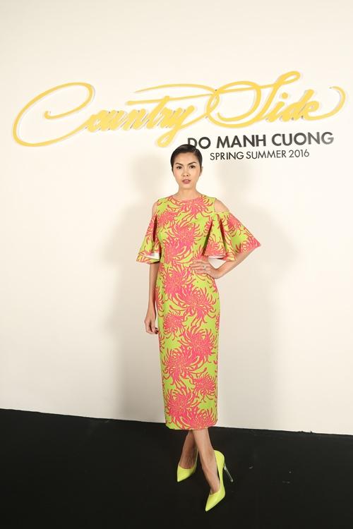 Diễn viên Tăng Thanh Hà hiếm hoi tham dự các sự kiện của V-biz. Nữ diễn viên là nàng thơ, khách hàng thân thiết của Đỗ Mạnh Cường trong nhiều năm qua. Ngọc nữ của làng điện ảnh diện váy in họa tiết hoa cúc với hai tông màu vàng, cam neon nổi bật.