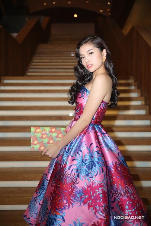 Váy lụa bồng bềnh hài hoà cùng kiểu tóc gợn sóng giúp Kỳ Duyên trở nên xinh đẹp hơn.