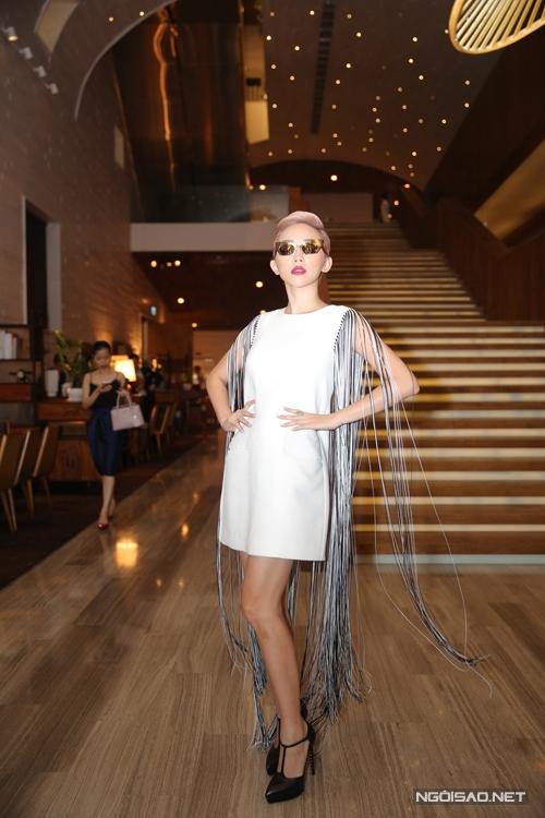 Tóc Tiên cá tính cùng váy trắng đinh tua rua dài.