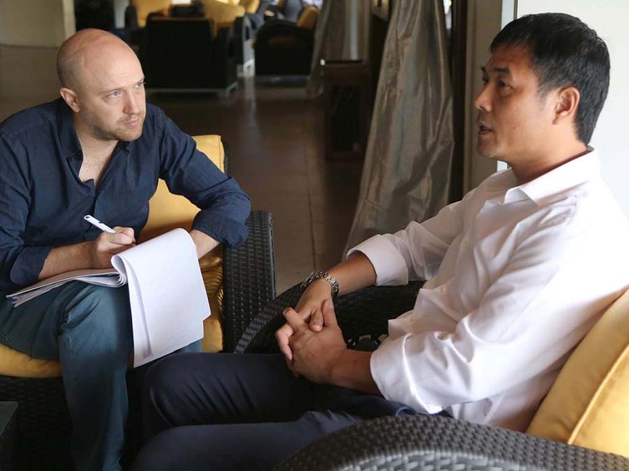 HLV Nguyễn Hữu Thắng (phải) trả lời phỏng vấn của phóng viên Matt Roebuck thuộc tờ Myanmar Times, trước trận chung kết với Singapore (ảnh: Anh Hải)