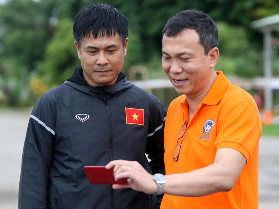 Từ Myanmar, HLV Nguyễn Hữu Thắng và phó chủ tịch VFF Trần Quốc Tuấn theo dõi trận đấu của U19 Việt Nam với U21 Singapore tại Malaysia qua thiết bị di động (ảnh: Anh Hải)