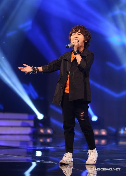 Soái ca Gia Khiêm mở màn liveshow tối 5/6 với ca khúc Tôi yêu của nhạc sĩ Phương Uyên. Mặc dù có quên lời bài hát một chút nhưng cậu bé vẫn vượt qua sự cố và tạo được bầu không khí sôi động tại trường quay.
