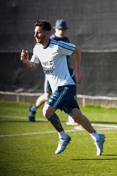 Messi tap mot minh sau khi ra toa vu tron thue hinh anh 3
