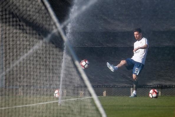 Messi tap mot minh sau khi ra toa vu tron thue hinh anh 5