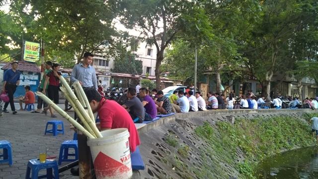 Trà đá, mía đá vỉa hè đắt khách ngày Hà Nội siêu nắng