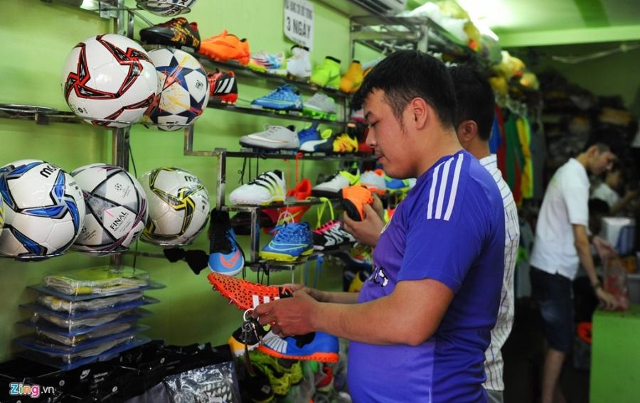 Vao lo san xuat ao bong da mau Euro 2016 o Ha Noi hinh anh 10