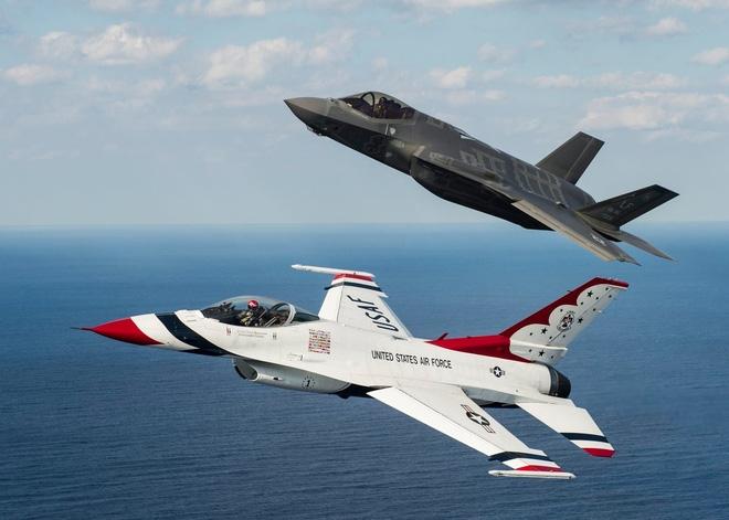 Bức ảnh chụp chung với F-16 khiến F-35 nhận... mưa gạch đá - Ảnh 2.