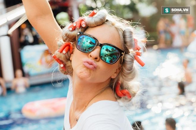 Dàn hot girl mặc bikini bốc lửa tại tiệc bể bơi - Ảnh 4.