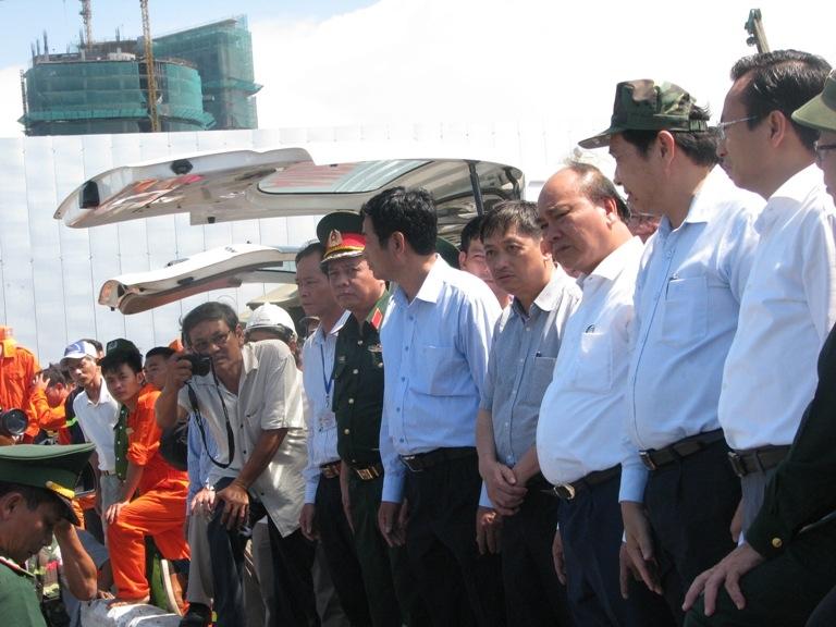 Thủ tướng Nguyễn Xuân Phúc trực tiếp đến hiện trường vụ lật tàu chở du khách trên sông Hàn gặp nạn tại Đà Nẵng