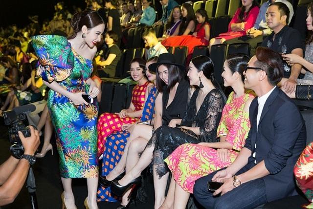 Phương Trinh chào Ngô Thanh Vân khi đi ngang qua chỗ ngồi của đàn chị