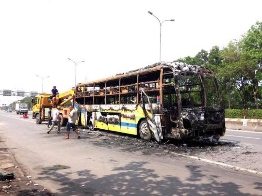 Xe giường nằm phát nổ và bốc cháy, 30 hành khách kêu gào