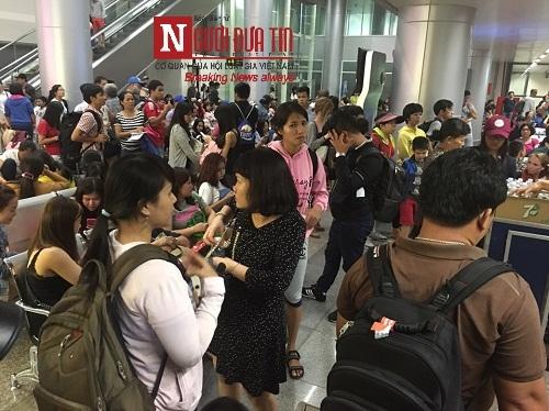 'Bát nháo' sân bay Đà Nẵng, hành khách ùn ứ ở 1 cửa ra máy bay - Ảnh 1