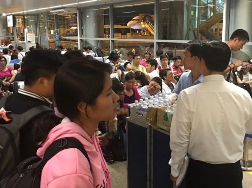 'Bát nháo' sân bay Đà Nẵng, hành khách ùn ứ ở 1 cửa ra máy bay - Ảnh 2