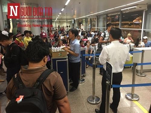 'Bát nháo' sân bay Đà Nẵng, hành khách ùn ứ ở 1 cửa ra máy bay - Ảnh 3