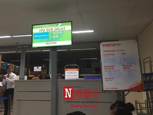 'Bát nháo' sân bay Đà Nẵng, hành khách ùn ứ ở 1 cửa ra máy bay - Ảnh 4