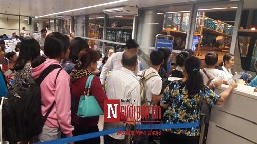 'Bát nháo' sân bay Đà Nẵng, hành khách ùn ứ ở 1 cửa ra máy bay - Ảnh 5