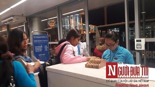 'Bát nháo' sân bay Đà Nẵng, hành khách ùn ứ ở 1 cửa ra máy bay - Ảnh 6