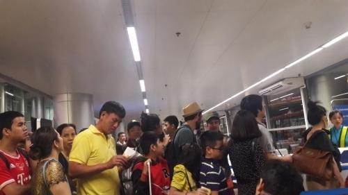 'Bát nháo' sân bay Đà Nẵng, hành khách ùn ứ ở 1 cửa ra máy bay - Ảnh 8