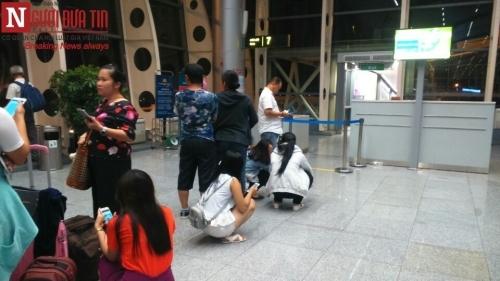 'Bát nháo' sân bay Đà Nẵng, hành khách ùn ứ ở 1 cửa ra máy bay - Ảnh 10
