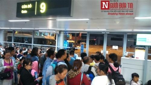 'Bát nháo' sân bay Đà Nẵng, hành khách ùn ứ ở 1 cửa ra máy bay - Ảnh 12